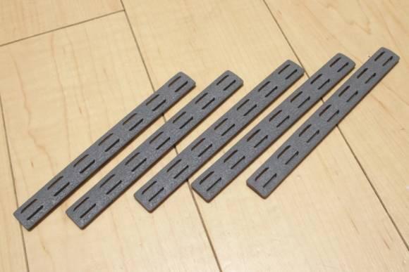 BCM Keymod Rail Panel Kit 5.5インチ ウルフグレーをMidwest Industries SSKハンドガードに付けました。
